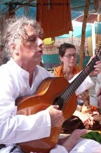 Kirtan-zingen op de Kumbha Mela in Allahabad 2007 voor Indra-Ji Puri.