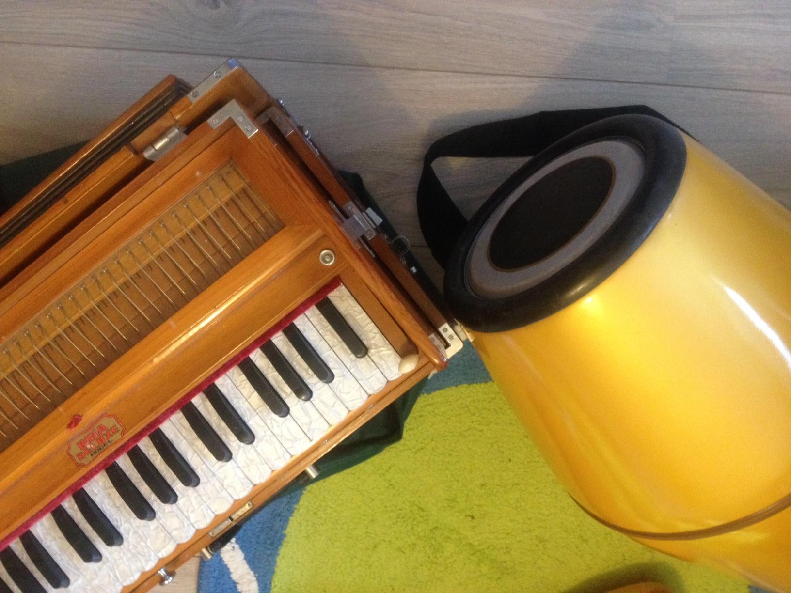 harmonium, dholak, mridanga, Kirtan instrumenten