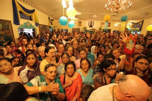 India_kirtan_crowd