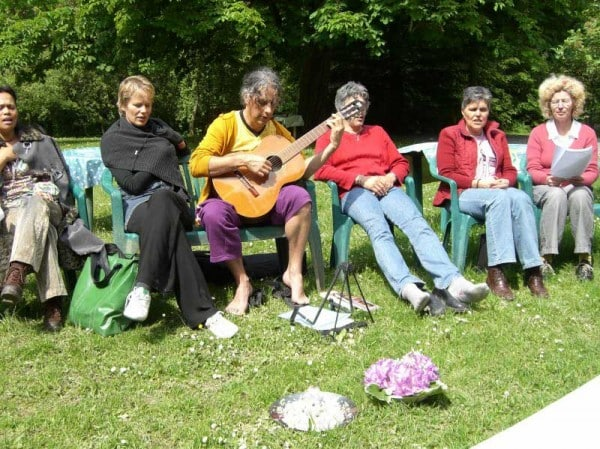 Kirtan-zingen tijdens hemelvaart-4-daagse YCU mei 2006 in Spa (B)